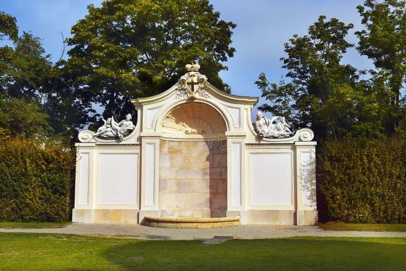 Μπαρόκ πάρκο στον πανοραμικό πυργίσκο Castle στη Βιέννη στοκ εικόνες με δικαίωμα ελεύθερης χρήσης