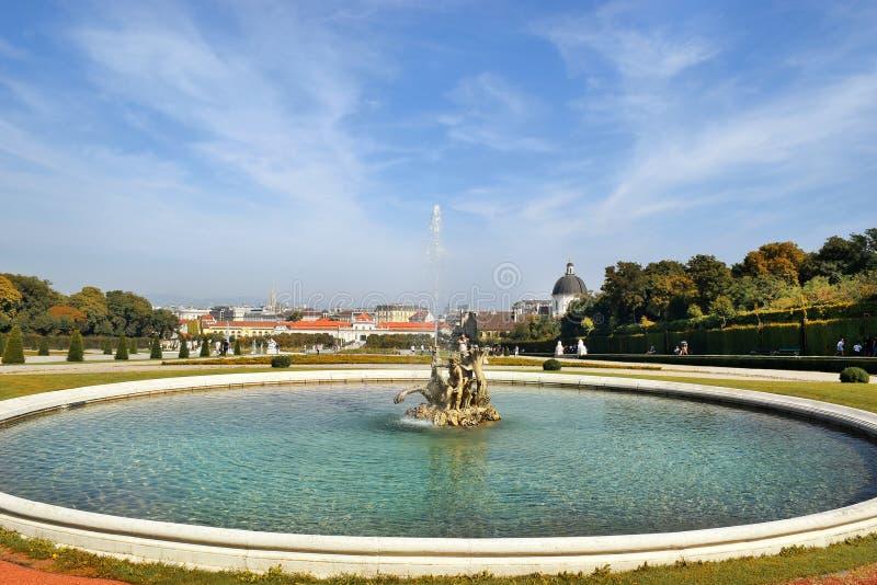Μπαρόκ πάρκο στον πανοραμικό πυργίσκο Castle στη Βιέννη στοκ φωτογραφία με δικαίωμα ελεύθερης χρήσης