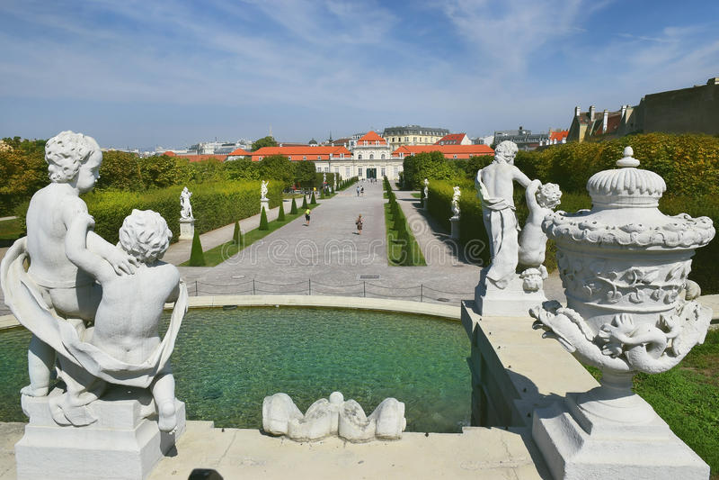 Μπαρόκ πάρκο στον πανοραμικό πυργίσκο Castle στη Βιέννη στοκ φωτογραφίες