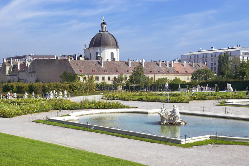 Μπαρόκ πάρκο στον πανοραμικό πυργίσκο Castle στη Βιέννη στοκ εικόνα