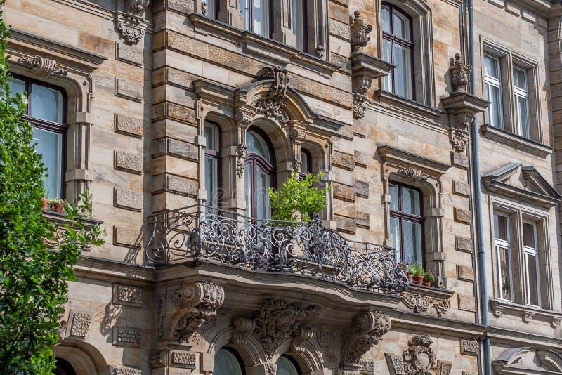 Μπαρόκ πρόσοψη με το μπαλκόνι στοκ εικόνα