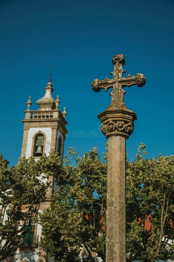 Μπαρόκ πύργος κουδουνιών από τον κλοιό εκκλησιών και πετρών με το σταυρό στοκ εικόνες