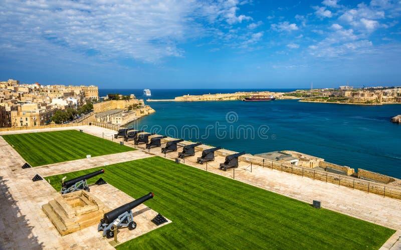 Μπαταρία χαιρετισμού στο οχυρό Lascaris σε Valletta στοκ εικόνες