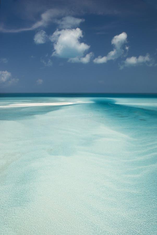 Μπαχάμες από τον ουρανό, φράγμα άμμου σε εκβολή ποταμού στοκ φωτογραφίες