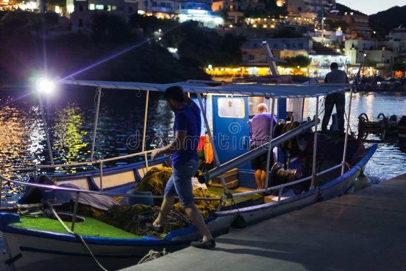 Μπαλί, νησί Κρήτη, Ελλάδα, - 30 Ιουνίου 2016: Οι ελληνικοί ψαράδες φεύγουν για τη νύχτα που πιάνει τα ψάρια στο αλιευτικό σκάφος στοκ φωτογραφίες με δικαίωμα ελεύθερης χρήσης