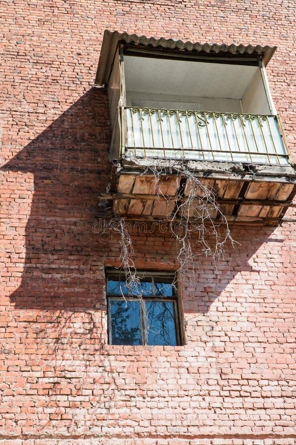 Μπαλκόνι και παράθυρο στο τουβλότοιχο στοκ εικόνα με δικαίωμα ελεύθερης χρήσης