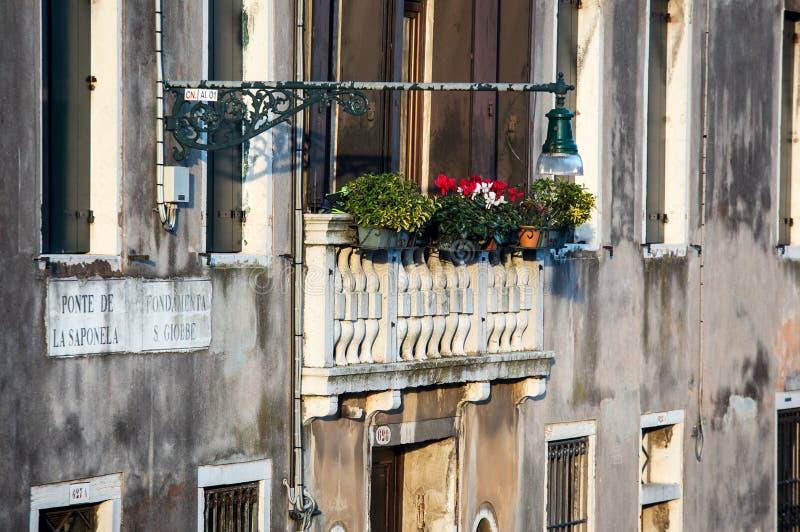 Μπαλκόνι με τα λουλούδια στοκ φωτογραφία
