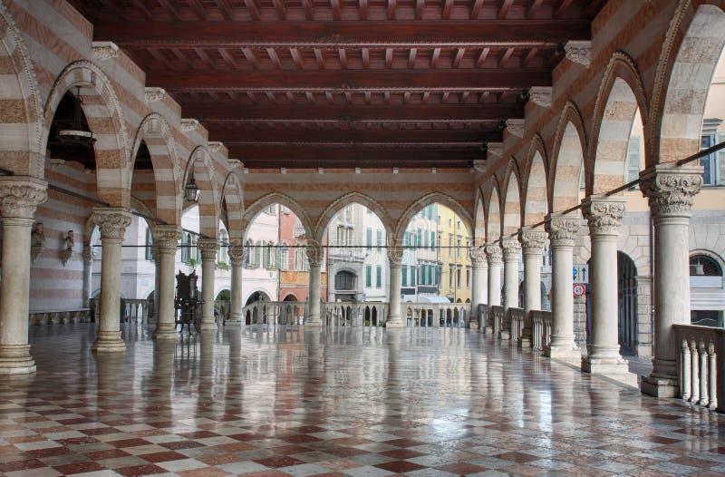 Μπαλκόνι Lionello Udine, Ιταλία στο χρόνο ανατολής στοκ φωτογραφία με δικαίωμα ελεύθερης χρήσης