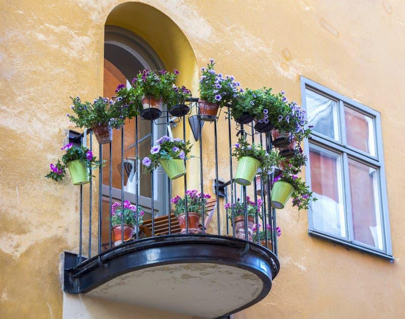 Μπαλκόνι, loggia στον τοίχο του σπιτιού με τα λουλούδια στοκ φωτογραφία με δικαίωμα ελεύθερης χρήσης