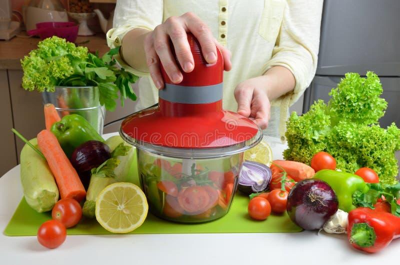 Μπαλτάς και φρέσκα λαχανικά στοκ εικόνες με δικαίωμα ελεύθερης χρήσης