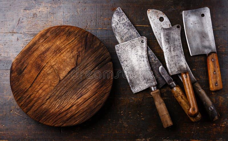 Μπαλτάδες κρέατος χασάπηδων και τεμαχίζοντας πίνακας στοκ εικόνες