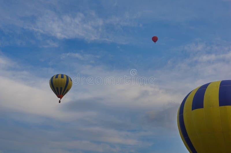 Μπαλόνια ζεστού αέρα πέρα από τον ουρανό στοκ εικόνα με δικαίωμα ελεύθερης χρήσης