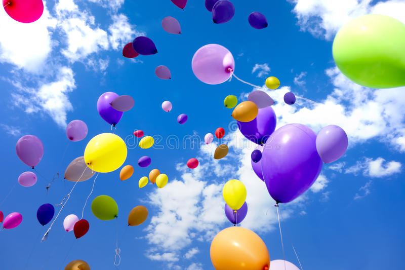 Μπαλόνια κόμματος που πετούν τον ουρανό στοκ φωτογραφίες