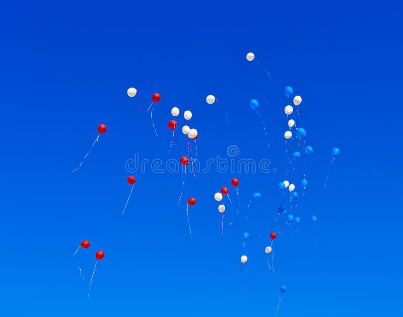 Μπαλόνια που πετούν στον ουρανό στοκ φωτογραφία