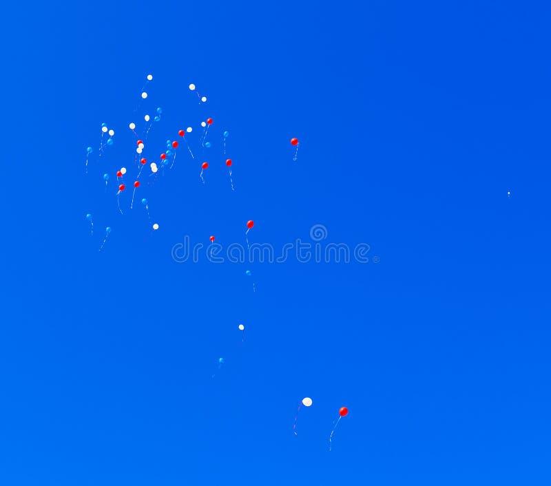 Μπαλόνια που πετούν στον ουρανό στοκ εικόνα με δικαίωμα ελεύθερης χρήσης
