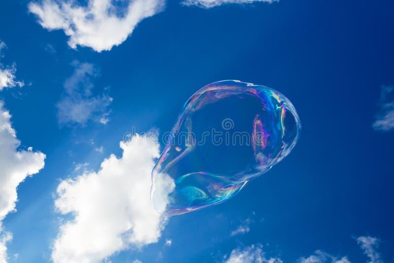 Μπαλόνια σαπουνιών ενάντια στο μπλε ουρανό 5 στοκ εικόνα με δικαίωμα ελεύθερης χρήσης
