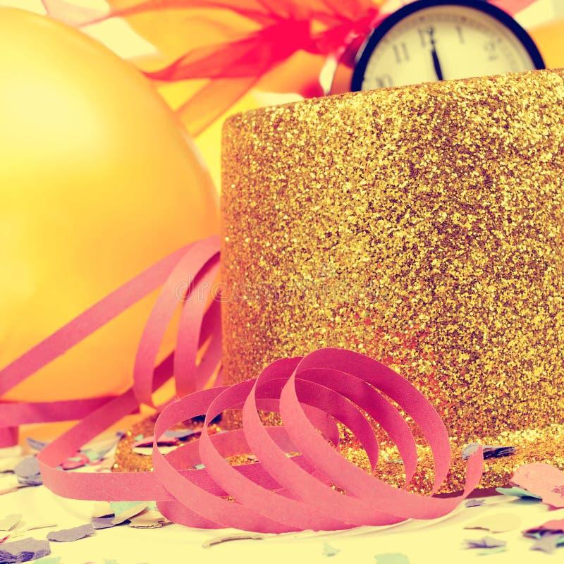 Μπαλόνια, τοπ καπέλο, ταινίες και κομφετί για το νέο μέρος ετών στοκ εικόνες με δικαίωμα ελεύθερης χρήσης