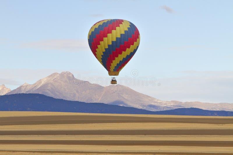 Μπαλόνι ζεστού αέρα και αιχμή Longs στοκ φωτογραφίες