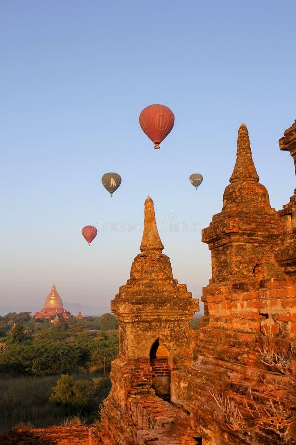 Μπαλόνι ζεστού αέρα πέρα από την πεδιάδα Bagan, το Μιανμάρ στοκ εικόνες