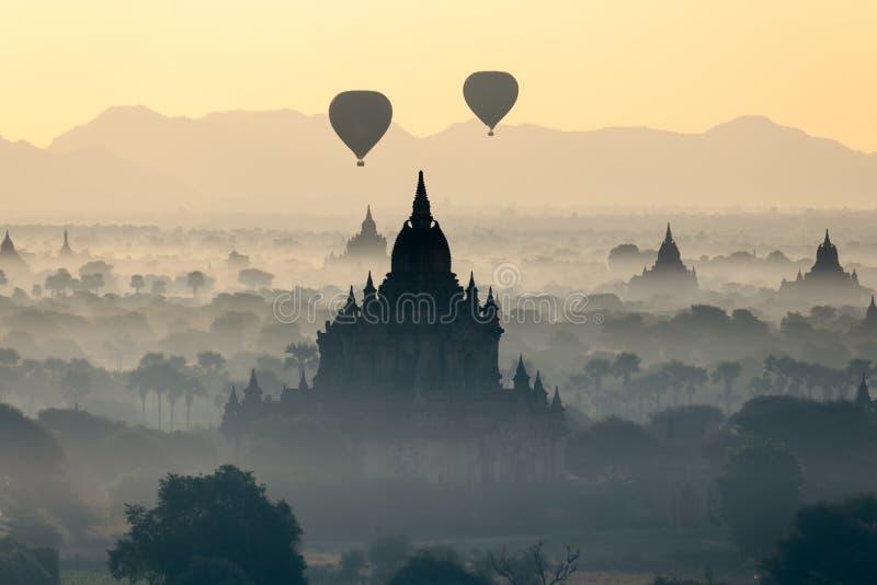 Μπαλόνι ζεστού αέρα πέρα από τις παγόδες σε Bagan, το Μιανμάρ στοκ εικόνες