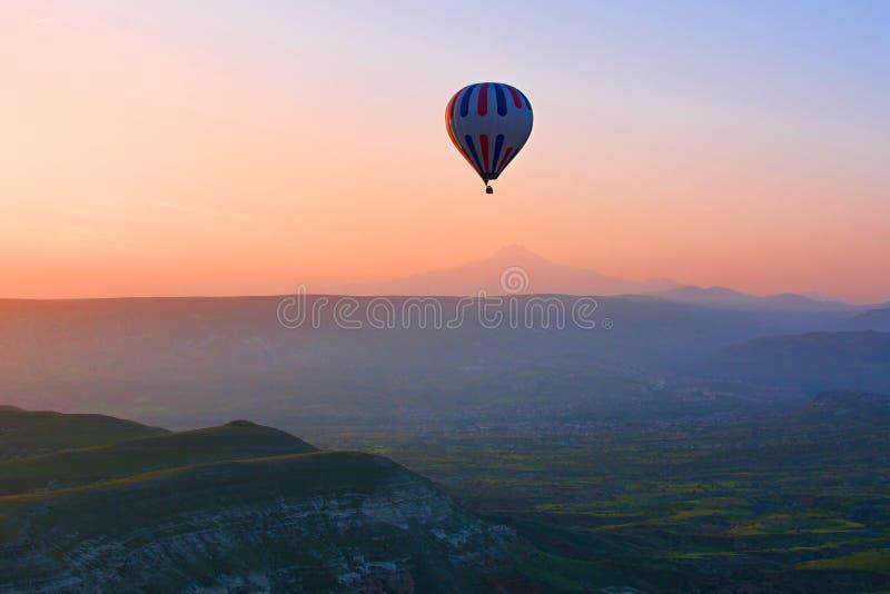 Μπαλόνι ζεστού αέρα που πετά πέρα από το καταπληκτικό τοπίο στην ανατολή, Cappad στοκ εικόνες με δικαίωμα ελεύθερης χρήσης