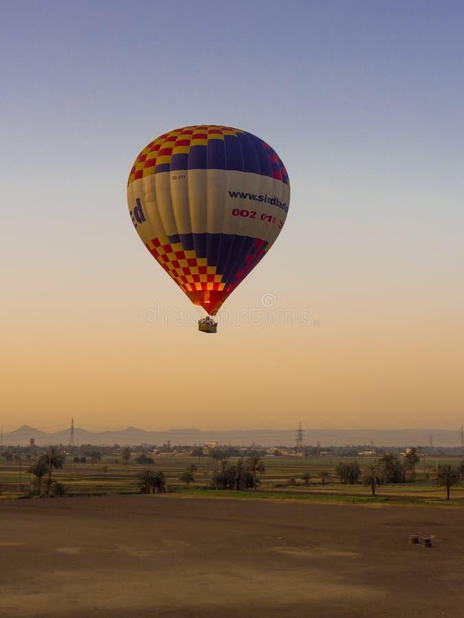 Μπαλόνι ζεστού αέρα στην ανατολή σε Luxor στοκ εικόνες