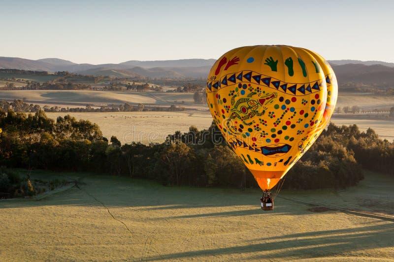 Μπαλόνι ζεστού αέρα στην ανατολή στοκ φωτογραφίες