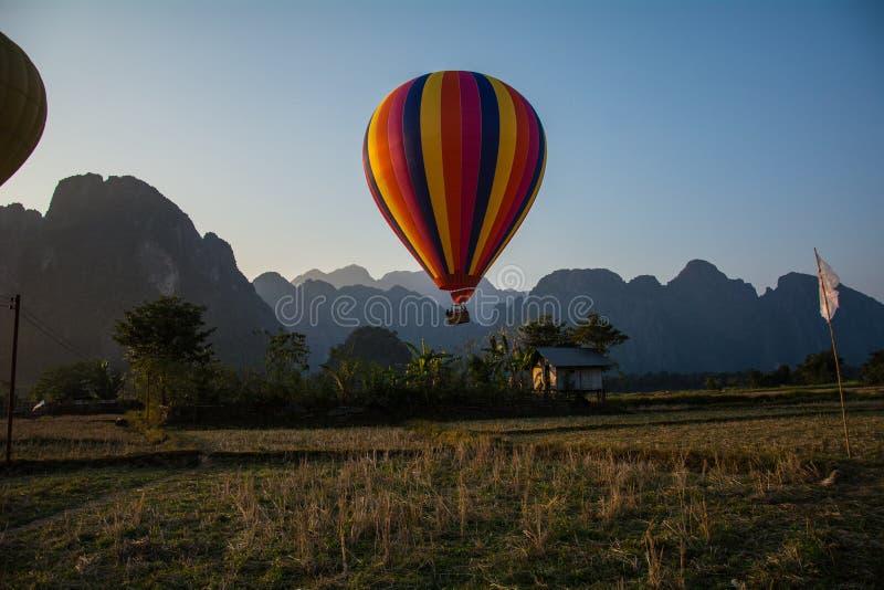 Μπαλόνι ζεστού αέρα στον ουρανό στο Λάος, Vang Vieng στοκ εικόνα με δικαίωμα ελεύθερης χρήσης