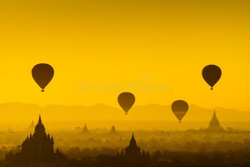 Μπαλόνι πέρα από την πεδιάδα Bagan, το Μιανμάρ στοκ φωτογραφίες