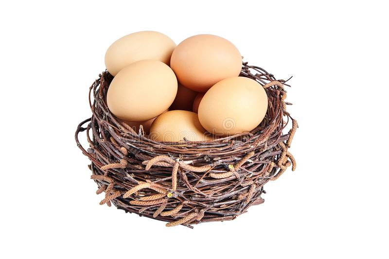 Μπεζ αυγά κοτόπουλου σε ένα καλάθι στοκ εικόνα με δικαίωμα ελεύθερης χρήσης