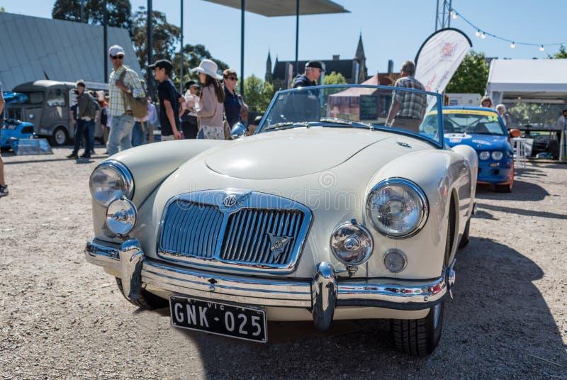 Μπεζ εκλεκτής ποιότητας μετατρέψιμο αυτοκίνητο MG σε Motorclassica στοκ φωτογραφία με δικαίωμα ελεύθερης χρήσης