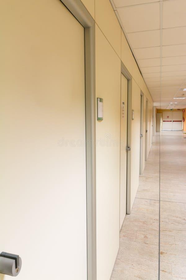 Μπεζ διάδρομος νοσοκομείων  κενός διάδρομος νοσοκομείων  interi νοσοκομείων στοκ φωτογραφία με δικαίωμα ελεύθερης χρήσης