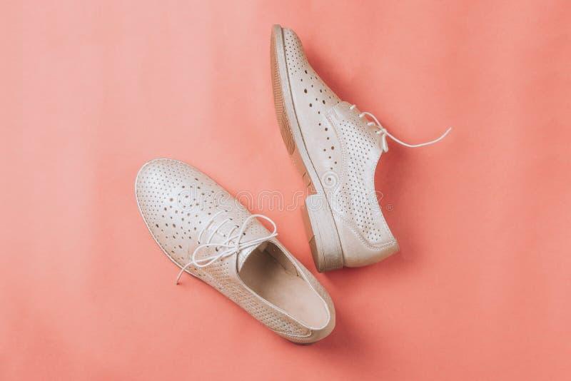 Μπεζ παπούτσια της Οξφόρδης μόδας στο ρόδινο υπόβαθρο στοκ φωτογραφία με δικαίωμα ελεύθερης χρήσης