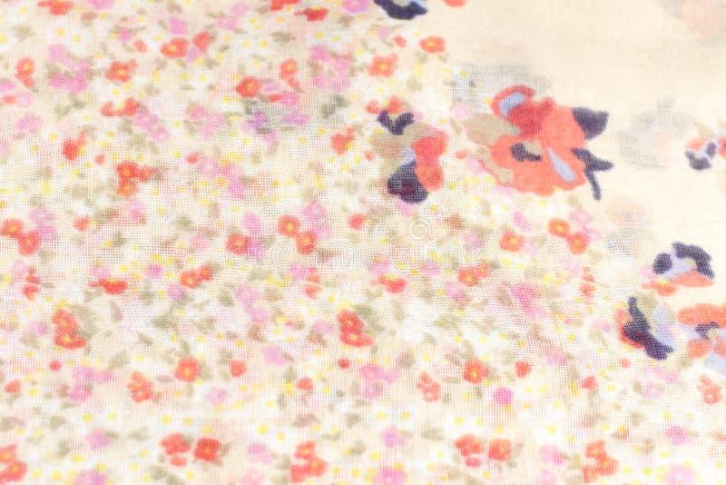 Μπεζ ύφασμα μεταξιού με τα λουλούδια στοκ φωτογραφίες