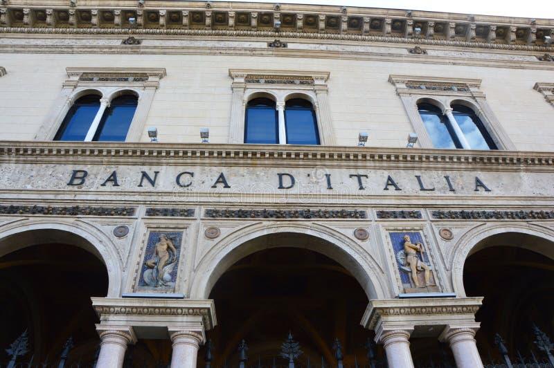 ΜΠΕΡΓΚΑΜΟ, ΙΤΑΛΙΑ - 3 ΙΟΥΛΊΟΥ 2017: οικοδόμηση της Τράπεζας της Ιταλίας Banca δ ` Ιταλία στη λεωφόρο Viale Ρώμη στο Μπέργκαμο, Ιτ στοκ εικόνες