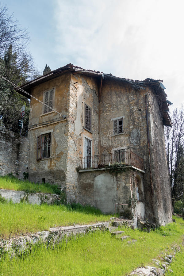 ΜΠΕΡΓΚΑΜΟ, ΙΤΑΛΙΑ - 25 ΜΑΡΤΊΟΥ: Εγκαταλελειμμένο κτήριο στο Μπέργκαμο σε Ital στοκ φωτογραφία με δικαίωμα ελεύθερης χρήσης