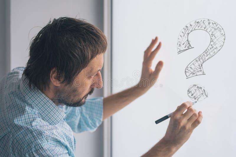 Μπερδεμένα ερωτηματικά σχεδίων επιχειρηματιών στο whiteboard στοκ εικόνες