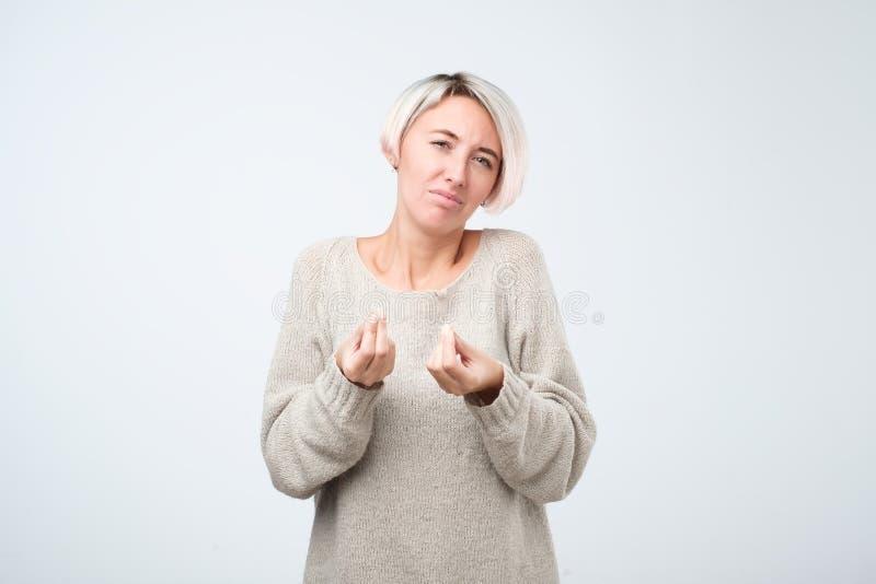 Μπερδεμένο έντονο θηλυκό, που και που παρουσιάζει ιταλική χειρονομία με το χέρι, που υποβάλλει την ερώτηση κατά τη διάρκεια του ε στοκ φωτογραφίες με δικαίωμα ελεύθερης χρήσης