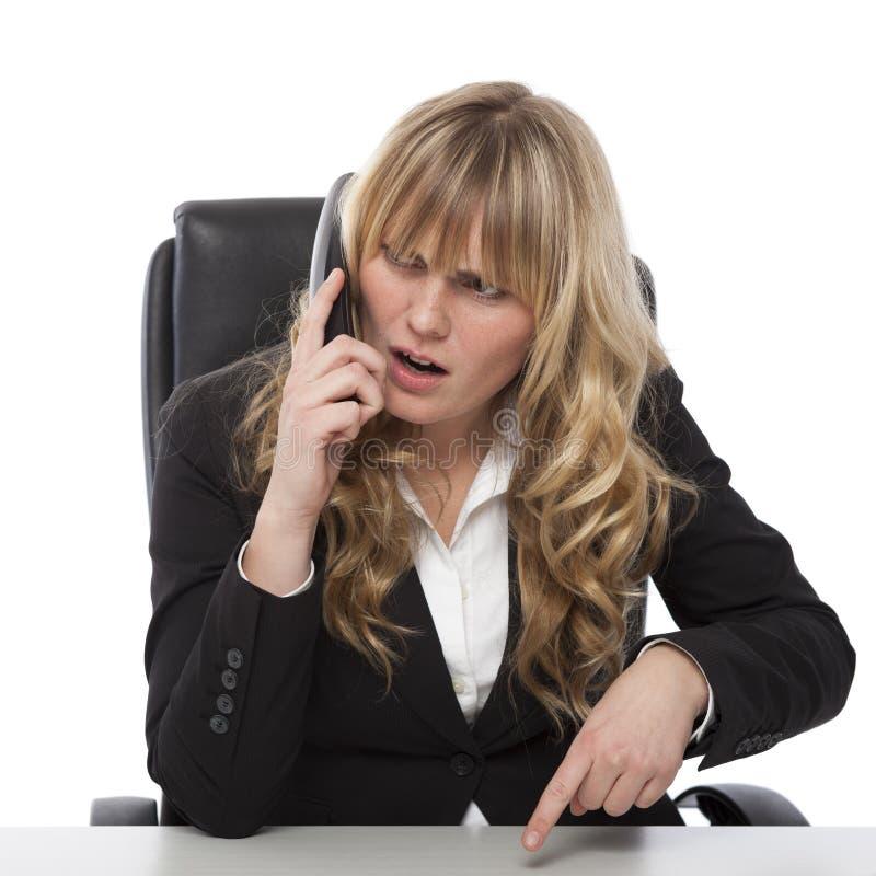 Μπερδεμένη επιχειρηματίας που μιλά στο τηλέφωνο στοκ φωτογραφίες με δικαίωμα ελεύθερης χρήσης