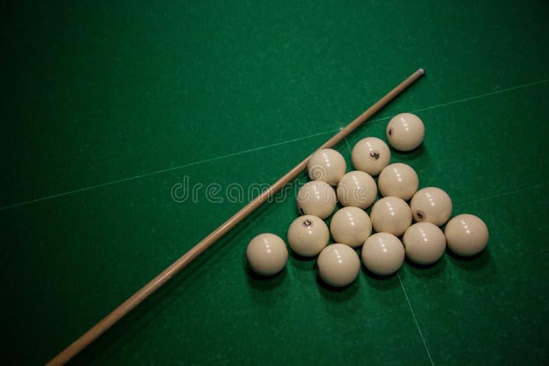 Μπιλιάρδο παιχνιδιού Σφαίρες μπιλιάρδου σε έναν πράσινο πίνακα στοκ φωτογραφία