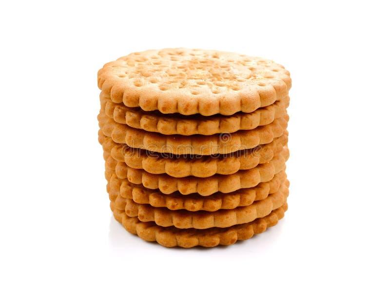 ΜΠΙΣΚΟΤΑ - Ένας σωρός του εύγευστου σίτου γύρω από τα μπισκότα που απομονώνονται επάνω στοκ εικόνες με δικαίωμα ελεύθερης χρήσης