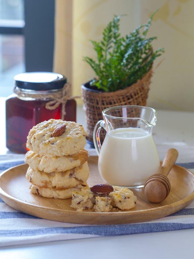 Μπισκότα αμυγδάλων με το γάλα στοκ φωτογραφίες με δικαίωμα ελεύθερης χρήσης