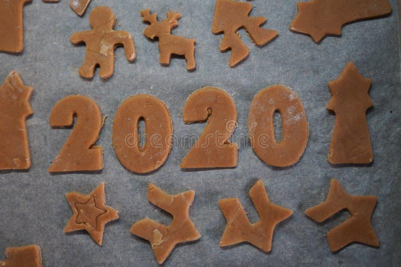 Μπισκότα για τα Χριστούγεννα και το νέο έτος 2020 οικογενειακή παράδοση προβολή επάνω στοκ εικόνες
