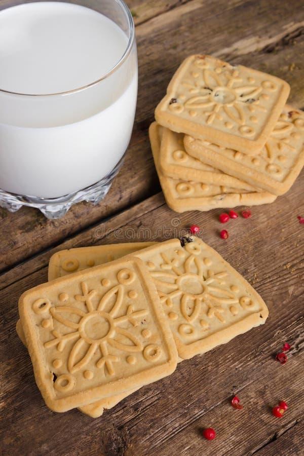Μπισκότα και γάλα στοκ εικόνα