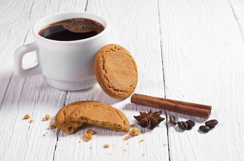 Μπισκότα και καφές πιπεροριζών στοκ εικόνα