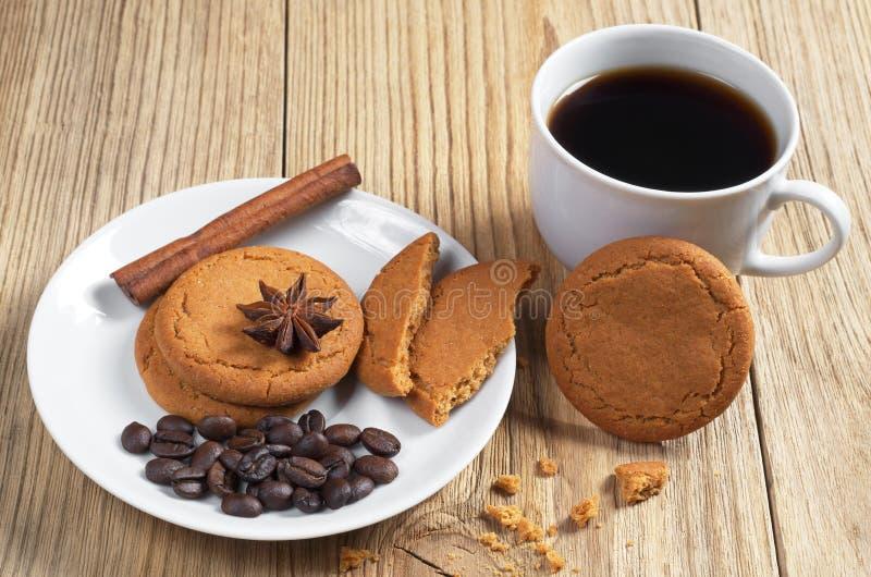 Μπισκότα και καφές πιπεροριζών στοκ φωτογραφίες
