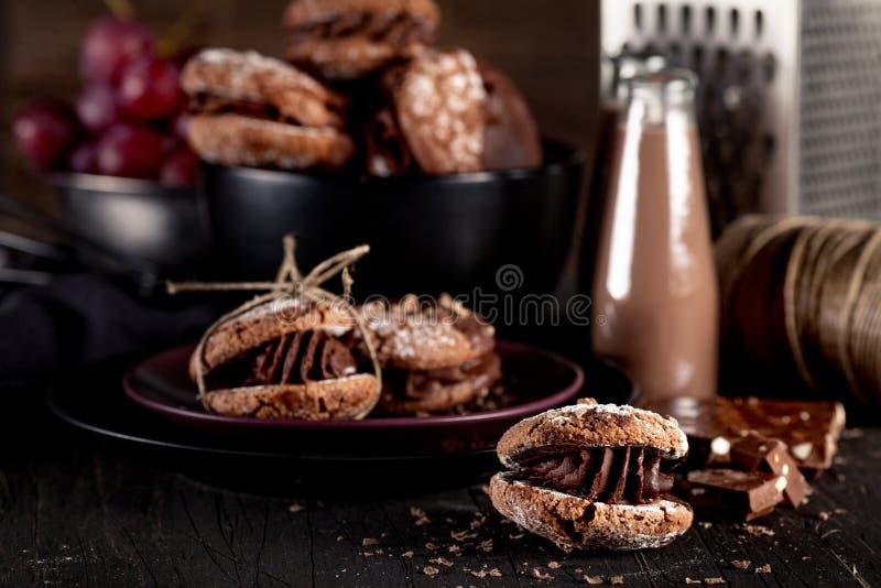 Μπισκότα και σοκολάτα Maroni milkshakes στο σκοτεινό ξύλινο backgroun στοκ εικόνα με δικαίωμα ελεύθερης χρήσης