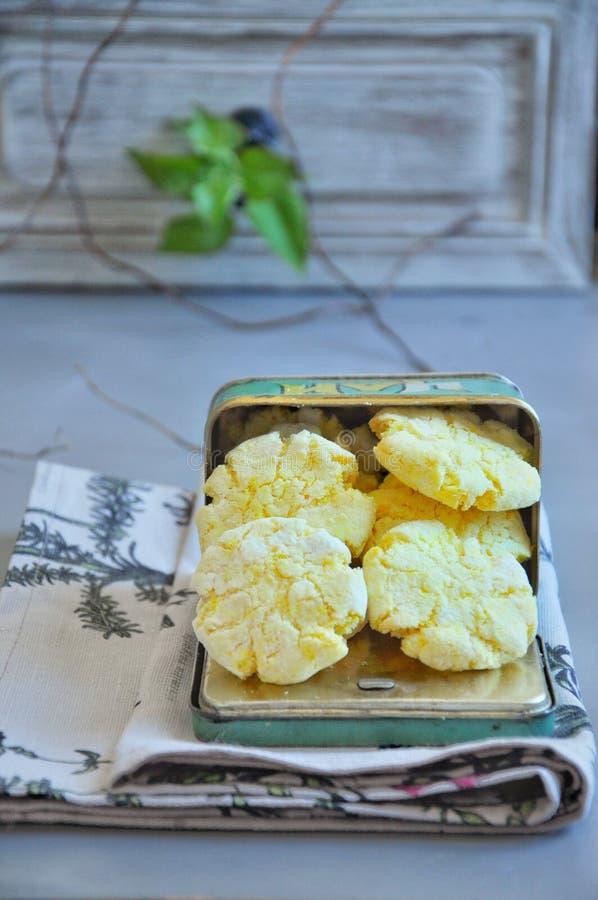 Μπισκότα καρύδων που βάφονται με turmeric Σε ένα βάζο μετάλλων στοκ φωτογραφίες με δικαίωμα ελεύθερης χρήσης