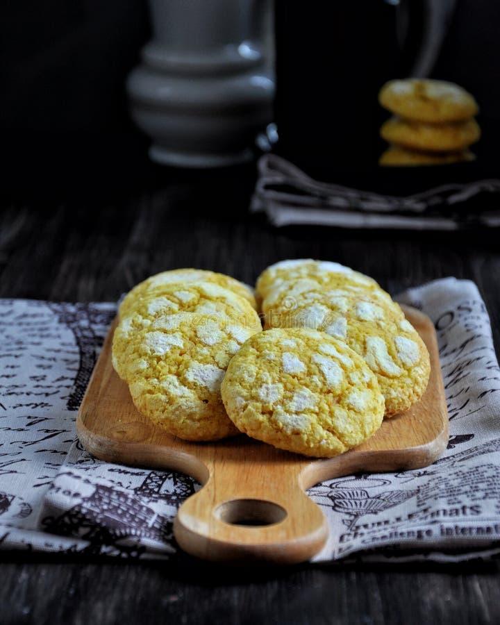 Μπισκότα καρύδων που βάφονται με turmeric τεμαχισμός χαρτονιών στοκ φωτογραφίες με δικαίωμα ελεύθερης χρήσης