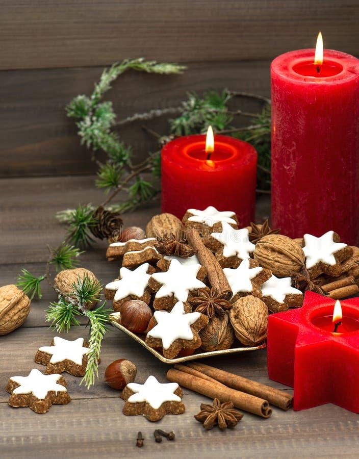 Μπισκότα, καρύδια και καρυκεύματα κανέλας με τις διακοσμήσεις Χριστουγέννων στοκ εικόνα